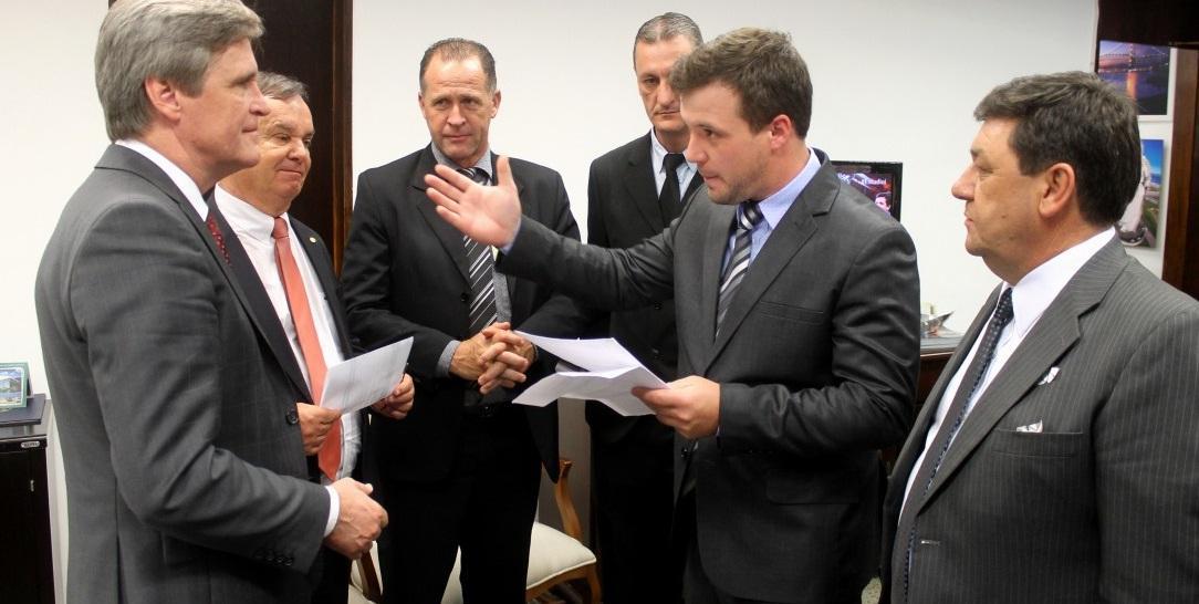 Senador Dário Berger atendeu vereadores do PMDB de Ituporanga (Foto: Divulgação)