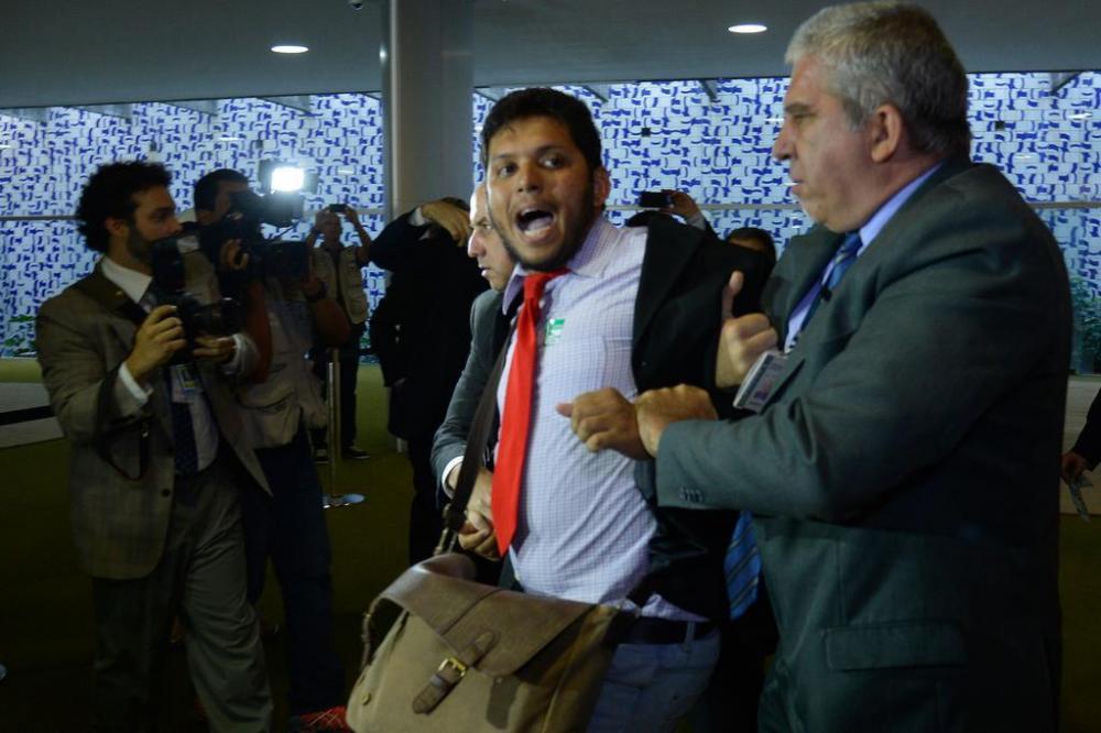 Thiago Ferreira (centro) sendo detido pela Polícia Legislativa (Foto: Wilson Dias / Agência Brasil)