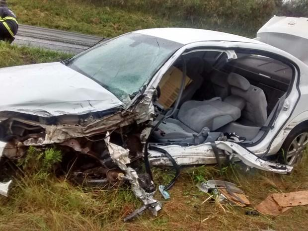 Vectra também ficou destruído na colisão (Foto: PRF/ Divulgação)