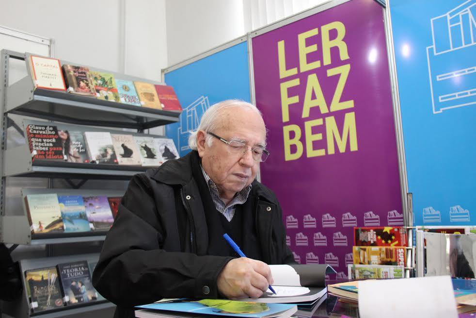 Verissimo no estande da Biblioteca Municipal (Foto: Tiago Amado)
