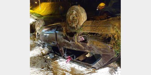 Adolescente de 17 anos capota carro na SC-281, em Imbuia