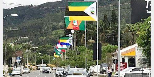 Avenida em Rio do Sul recebe bandeiras em homenagem a todos os municípios do Alto Vale