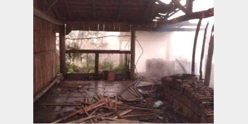 Bombeiros encontram corpo de homem ao apagar incêndio em galpão em Rio do Oeste