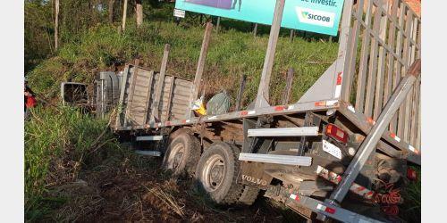 Caminhão se envolve em acidente na BR-470