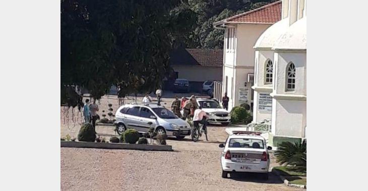 Homem furta capacete, tenta roubar carro, agride padre e acaba preso suspeito de matar a mãe em Apiúna