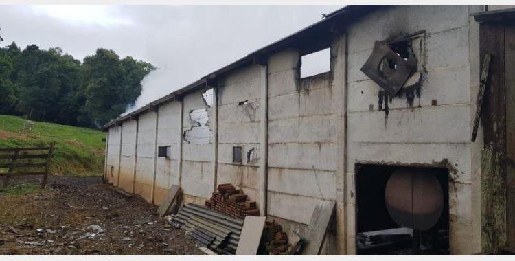 Incêndio destrói estufa de secagem de fumo em Imbuia