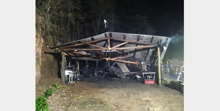 Incêndio destrói residência em Bom Retiro