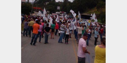 Agricultores fecham BR-282 em protesto pelo preço pago pela cebola