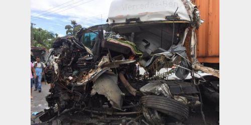 Motorista fica gravemente ferido em acidente entre duas carretas na BR-470 em Apiúna