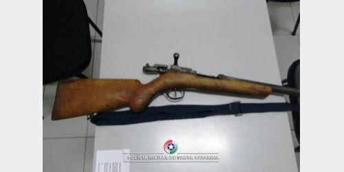 PM apreende arma de fogo em cumprimento de mandado de prisão, em Aurora