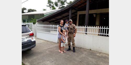Polícia Militar de Ituporanga faz surpresa a criança especial que sonha ser policial militar