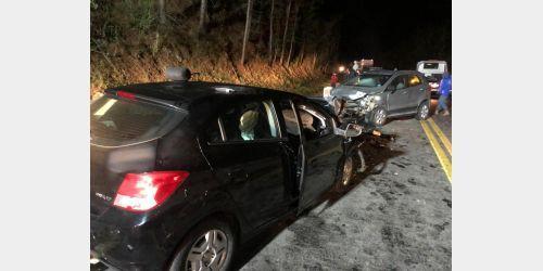Três pessoas ficam gravemente feridas em acidente na BR-282