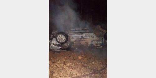 Veículo pega fogo após sair da pista e capotar